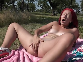 Open-air satisfaction by finger shagging the pussy out in the sun